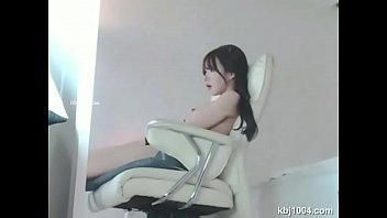 korean cam web so young with Diana is using her pussy at work